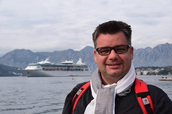 Kreuzfahrtblogger Daniel Dorfer vor Kreuzfahrtschiff Royal Caribbean Vision of the Seas Kotor