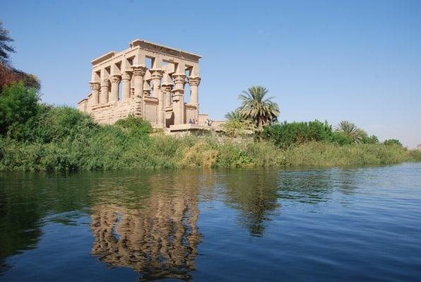 Nilkreuzfahrt Trajan Kiosk des Augustus Spiegelung Nil Philae Tempel Assuan Ägypten Urlaub