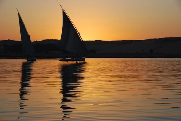 Nilkreuzfahrt Feluken im Sonnenuntergang Nil Assuan Ägypten Urlaub