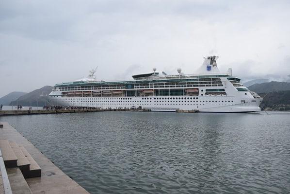02_Kreuzfahrtschif-Vision-of-the-Seas-Kreuzfahrt-oestliches-Mittelmeer-Hafen-Argostoli-Griechenland