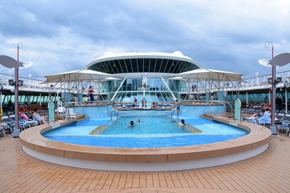 18_Pooldeck-Kreuzfahrtschiff-Royal-Caribbean-Vision-of-the-Seas