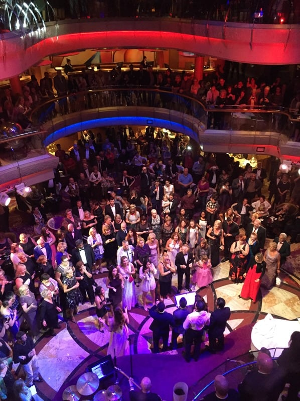 21_Party-im-Centrum-Kreuzfahrtschiff-Royal-Caribbean-Vision-of-the-Seas