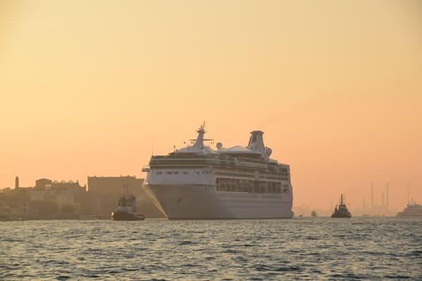 26_Kreuzfahrtschiff-Vision-of-the-Seas-Auslaufen-Venedig-Italien-Sonnenuntergang