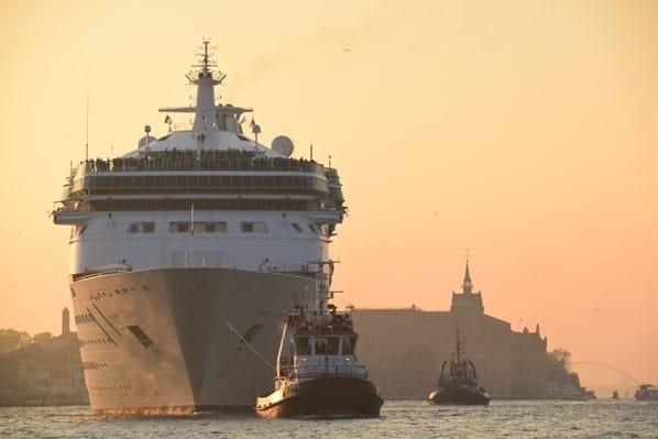 27_Kreuzfahrtschiff-Vision-of-the-Seas-Auslaufen-mit-Schlepper-Venedig-Italien-Sonnenuntergang