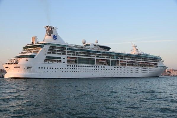 29_Kreuzfahrtschiff-Vision-of-the-Seas-Auslaufen-Venedig-Italien-Sonnenuntergang
