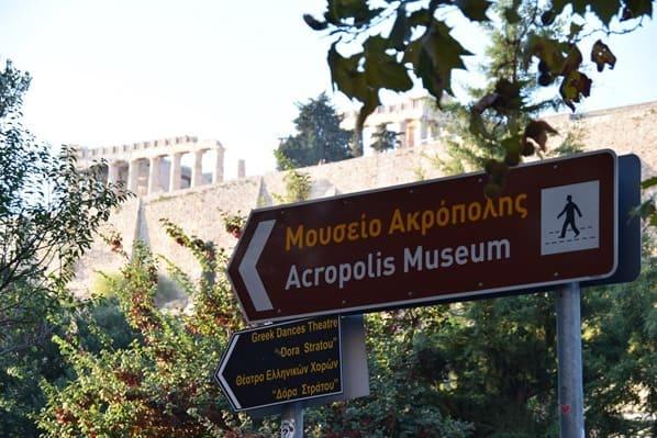 30_Wegweiser-Akropolis-Museum-Athen-Griechenland-Kreuzfahrt-Mittelmeer