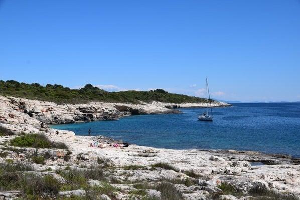 24_Bucht-Segelboot-Naturpark-Kap-Kamenjak-Istrien-Kroatien