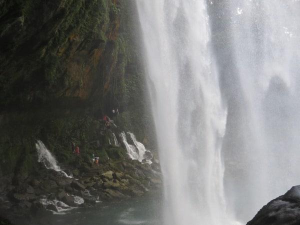 unter dem Wasserfall Misol Ha Urwald Chiapas Mexiko