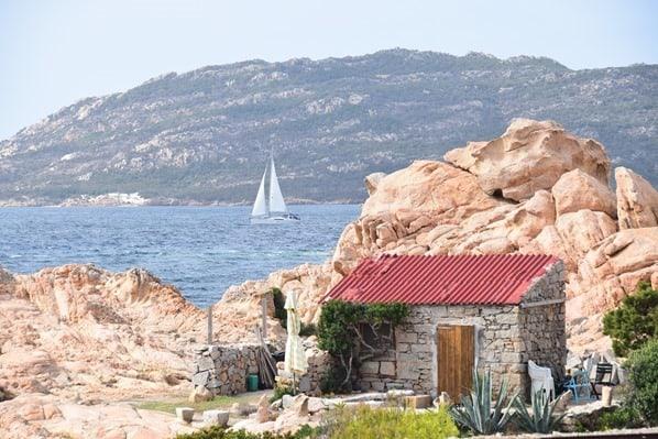 La Maddalena Sardinien Haus am Meer mit Segelboot Italien Mittelmeer