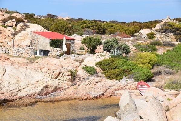 La Maddalena Sardinien Haus am Meer mit Ruderboot Italien Mittelmeer
