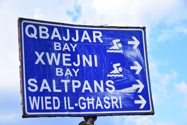 Gozo Malta Wandern Sehenswürdigkeiten Wegweiser Salzpfannen