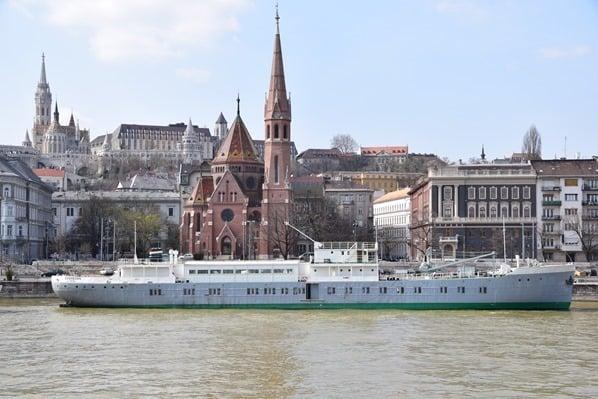 Donaukreuzfahrt a-rosa bella Flusskreuzfahrt Donau Kirche Budai Reformatus Egyhazkoezseg Budapest Ungarn
