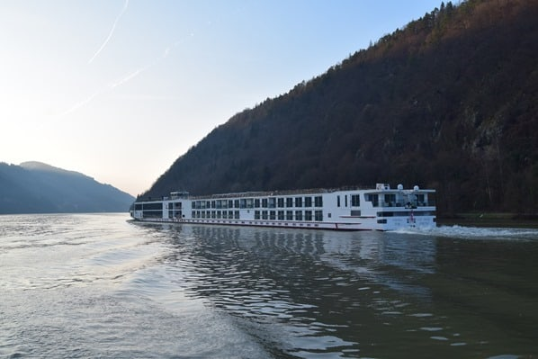 a-rosa flusskreuzfahrt donau Kreuzfahrt Flusskreuzfahrtschiff Abends