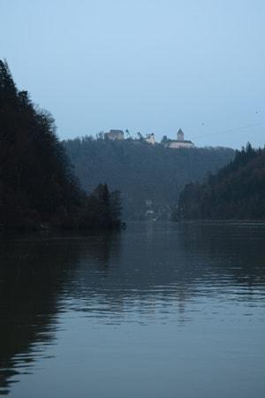 a-rosa flusskreuzfahrt donau Kreuzfahrt Österreich Burg Abends