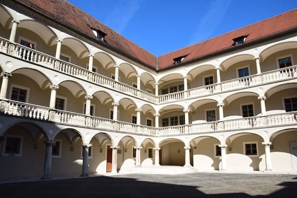 Regensburg Sehenswürdigkeiten Innenhof Freilufttheater Kultur