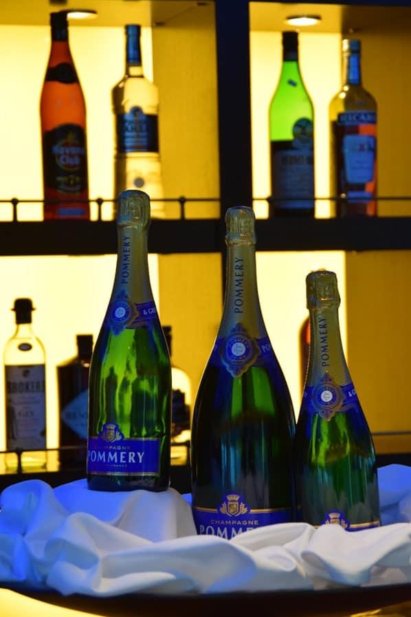a-rosa flusskreuzfahrt Donau Bar Champagner Pommery