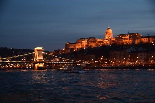 Burgpalast Freiheitsbrücke Budapest nachts Ungarn Donaukreuzfahrt Flusskreuzfahrt Donau a-rosa