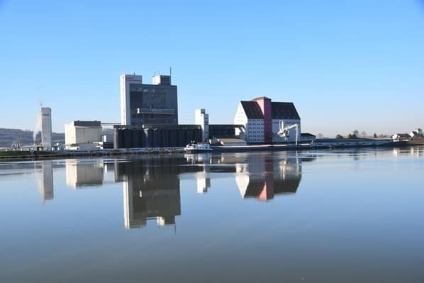 arosa Flusskreuzfahrt Donau Fluss Spiegelung Fabrik Österreich