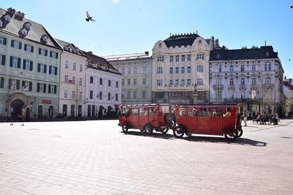 Touristenbus Hauptplatz Altstadt Braitslava Slowakei flusskreuzfahrt donau kreuzfahrt