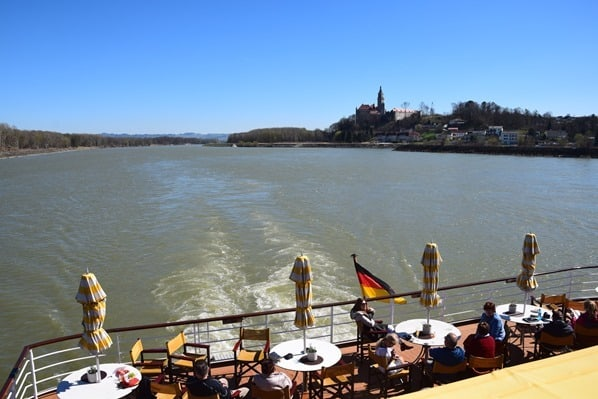arosa Flusskreuzfahrt Donau Fluss Kielwasser Österreich