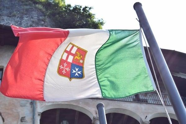 Santa Caterina del Sasso Eremitenkloster Trikolore italienische Flagge Lago Maggiore Langensee Lombardei Italien