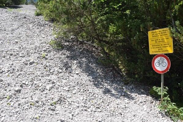 Gaisalm Achensee wandern Wanderweg Warnschild Tirol Österreich