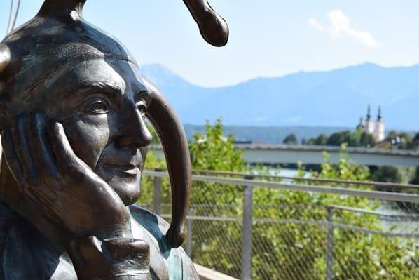 Drauradweg Till Eulenspiegel Statue Fasching Karneval Villach Kärnten Österreich