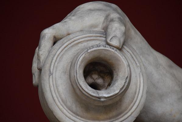 Vatikan Vatikanische Museen Rom Vase mit Löwenkopf liegende Statue Italien
