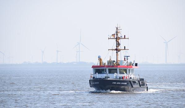 Windpark Nordsee Urlaub Kutter am Eidersperrwerk Nordfriesland Schleswig-Holstein Deutschland