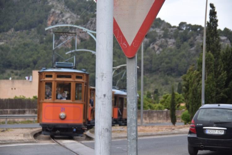 08 tranvia strassenbahn hat vorfahrt soller mallorca balearen spanien