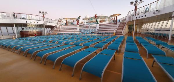 kreuzfahrtschiff aidamar leeres pooldeck aida familien kreuzfahrt