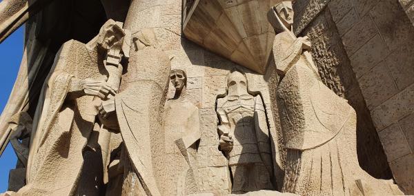 statuen an der kathedrale sagrada familia barcelona spanien aida familien kreuzfahrt