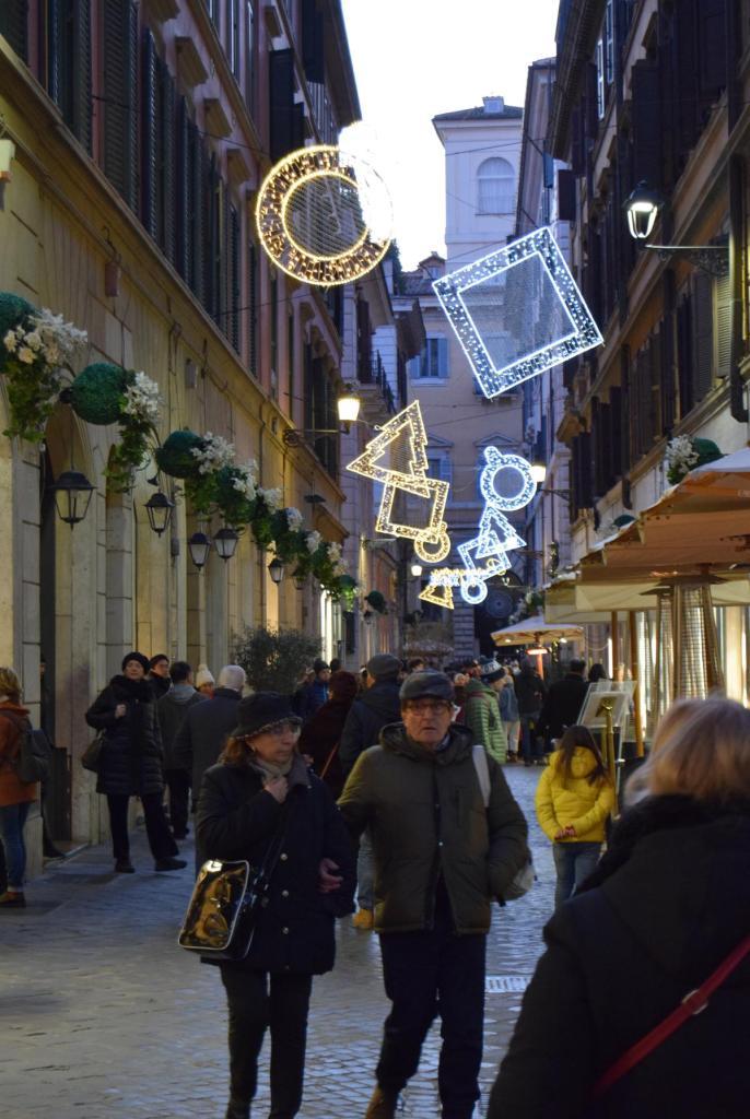 spaziergang shopping weihnachten rom italien