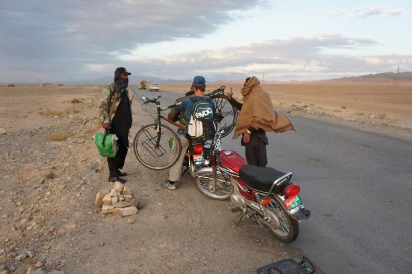 Circa 120 km vor Quetta: Anstelle eines Pickups werden wir mit Mopeds befördert