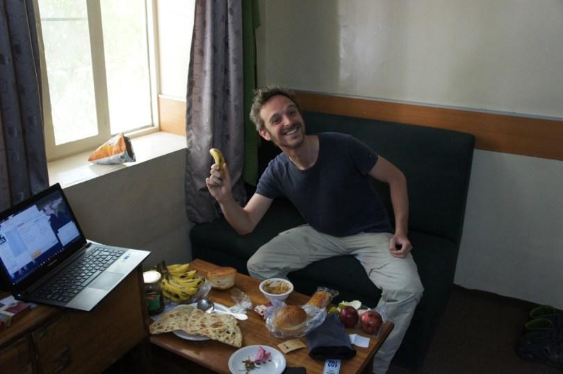 Unser bescheidenes Frühstück im Hotel. Zum Glück hat mich Sahar reichlich mit allerlei Proviant in Tehran eingedeckt, der bis Quetta hält. Bananen gehören übringens auf der Reise zu meinen besten Freundinnen: lecker, gesund, sättigend, man weiß, was drin ist, von vor Ort und dann auch noch fast kostenlos