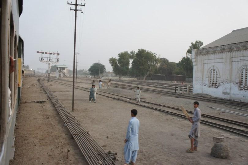 Cricket ist in Pakistan der Volkssport Nummer 1. In Städten wird wirklich jede freie Fläche für den Sport genutzt
