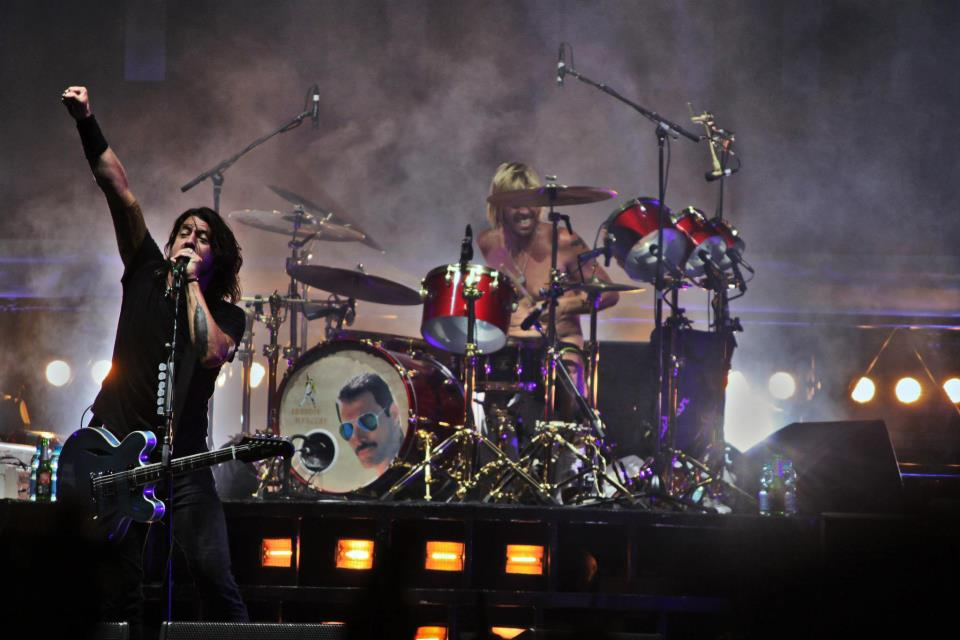Foo-Fighters-Group-Live-2012-500x230