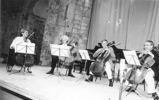 1989 – Aleth Lamasse – Paul Tortelier – Claude Burgos – Raphael Sommer et hors du cadre Geneviève Teulières Sommer et Maud Tortelier jouent en bis un concerto pour 2 violoncelles de Vivaldi