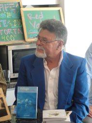 Víctor Vielma escucha las palabras de presentación de su libro por parte de Luis Perozo Cervantes