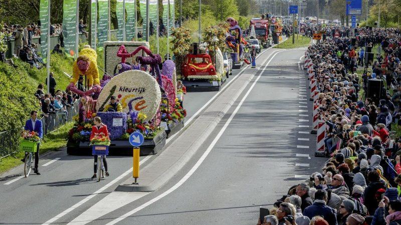 Se tient à la parade de fleurs