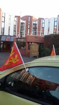 Une voiture qui balade ses drapeaux normands en Essonne. Fête Des Normands 2014. Photo fournie par le festivant.