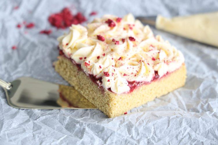 Poke Cake med Jordbær & Hvit Sjokoladefrosting!
