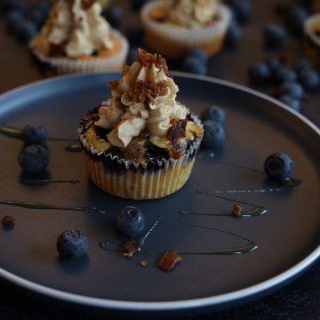 Blåbær Cupcakes med Maple Buttercream & Bacondryss