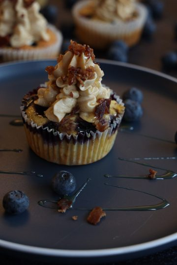Blåbær Cupcakes med Maple Buttercream & Bacondryss