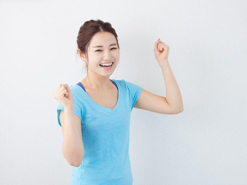 目標を達成して喜ぶ若い女性