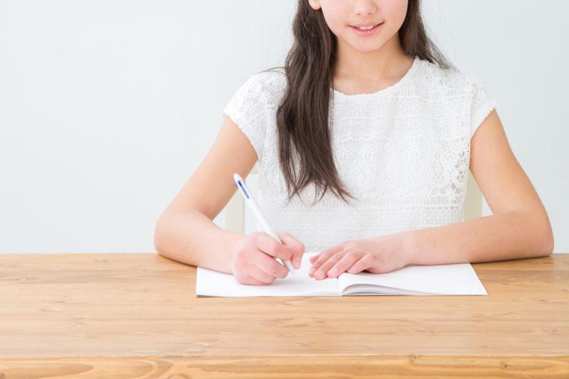 フランス語の勉強をする女の子