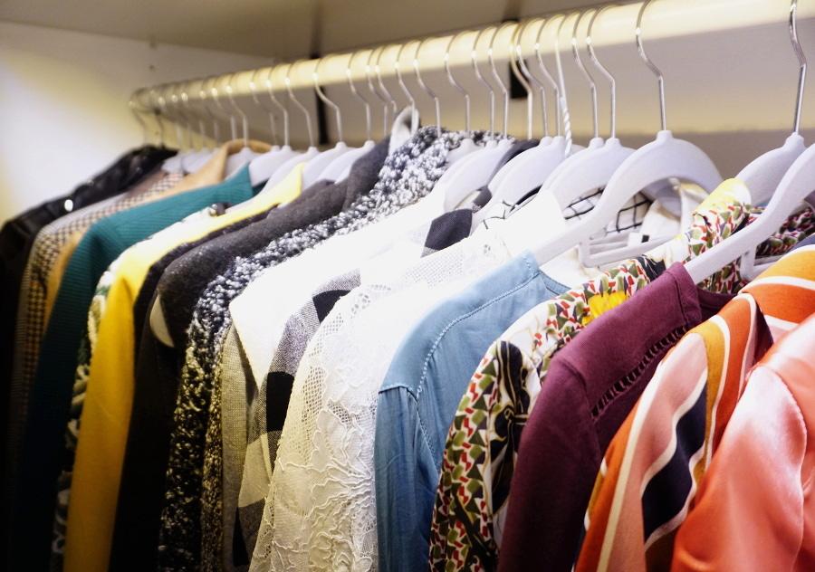 Kleider nach Farben sortieren