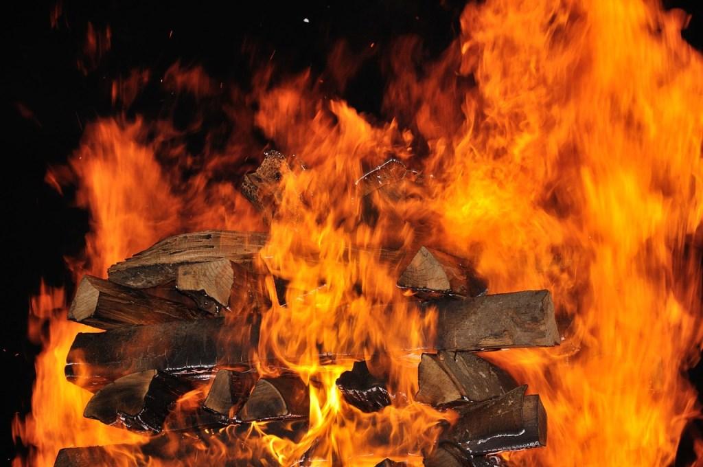 Vorbereitungen zum Feuerlauf / Bild von Kristijan Kovacic auf Pixabay