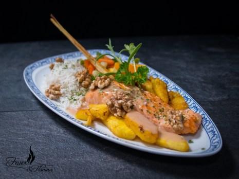 Gebratener Lachs mit Ananas und Nüssen an Traubensauce