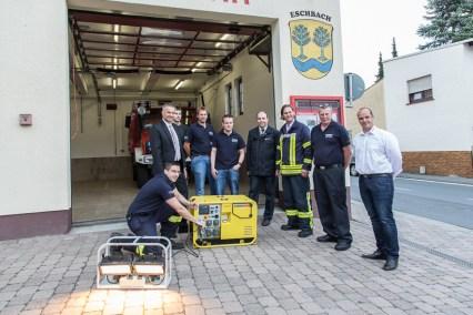 Im Beisein von Bürgermeister Steffen Wernard (von links), Vertretern der Feuerwehr und Lieferant André van Gerven von der Firma Endress unterzieht Wehrführer Steffen Böhmer den neuen Stromerzeuger einem ersten erfolgreichen Test.